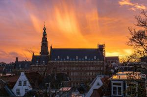 Stad - Zonsondergang stadhuis Leiden